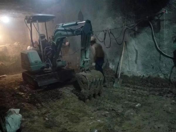 山河智能纯电动微型挖机SWE25E施工现场