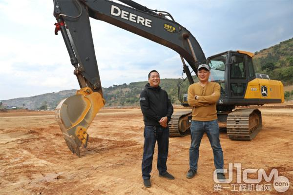 秦总和他的合伙人与E210标准版挖机合影