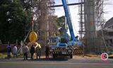 三菱汽车起重机吊装石像