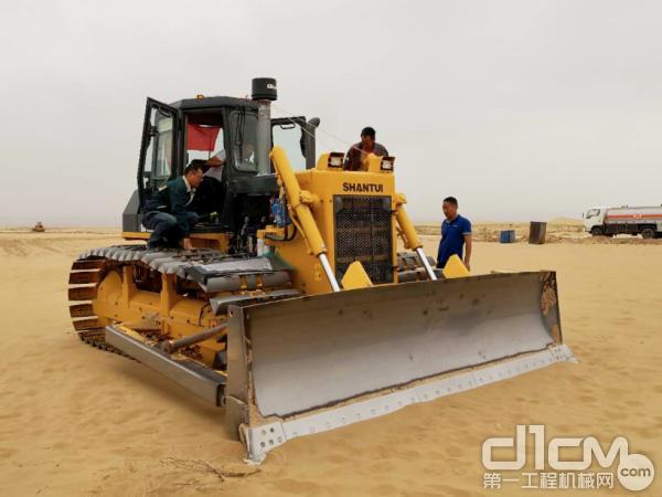 山推设备在沙漠中开垦土地
