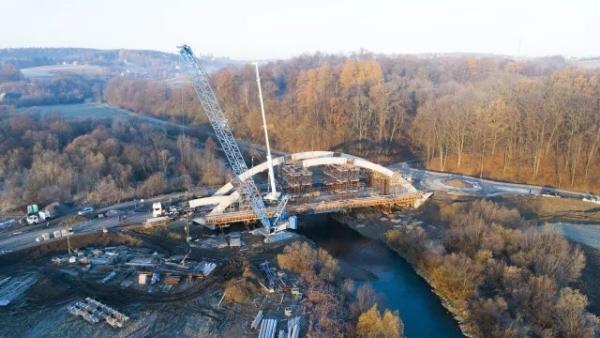 六座总重量为116吨的桥梁