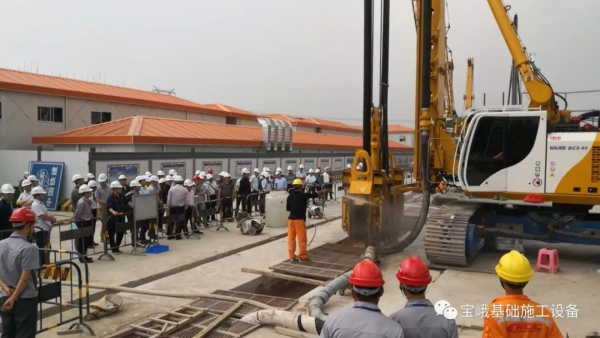 图为中铁建22局公司领导参观考察BCS 40施工情况