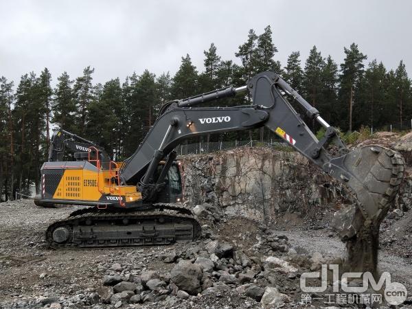客户现场试驾体验沃尔沃EC950E挖掘机