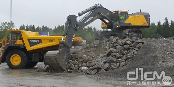 沃尔沃EC950E挖掘机与沃尔沃R100E刚性自卸卡车上演联合作业