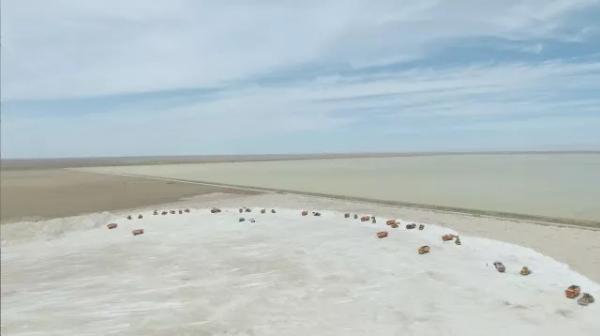 点缀在广阔盐湖世界里的钢铁巨兽