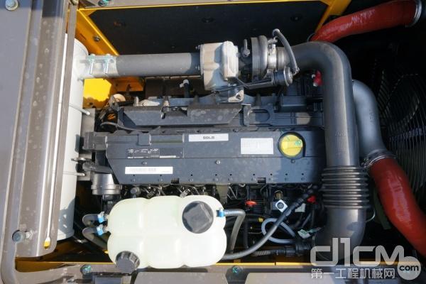 图为:山东临工E6225F挖掘机搭载的原装进口道依茨SD60B发动机
