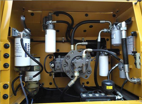 图为:右机罩简洁有序布置的油类滤清器