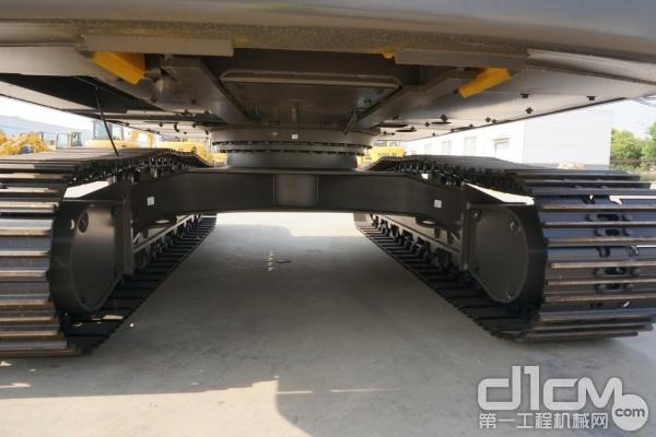 图为:山东临工E6225F挖掘机坚固耐用的X型加强架