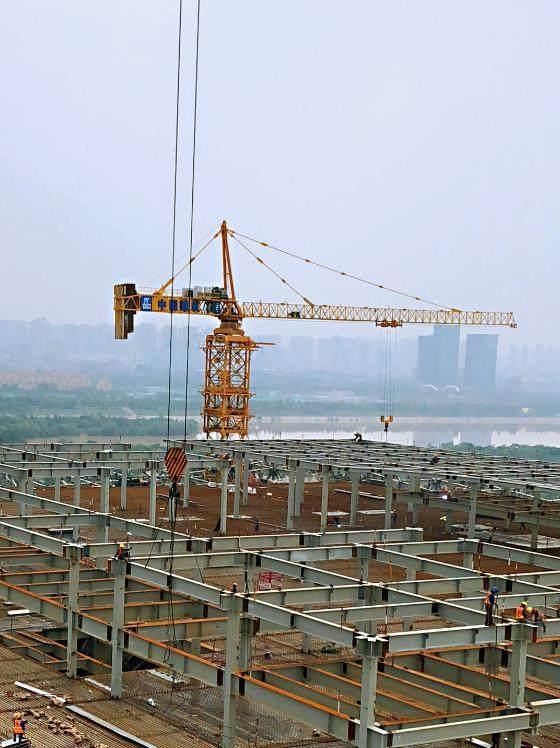 超大型塔机正在吊装钢结构