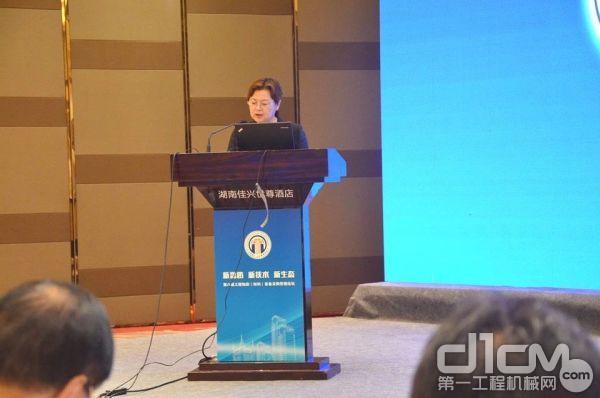 中国施工企业管理协会副秘书长孙晓波主持主论坛