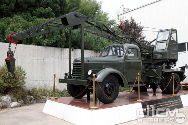 徐工出品的国内首台5吨汽车起重机Q51