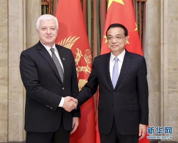 当地时间7月7日晚,国务院总理李克强在索非亚下榻饭店会见黑山总理马尔科维奇。新华社记者 丁海涛 摄