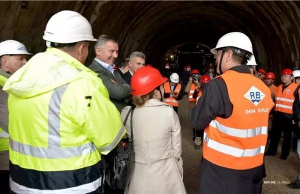 黑山总理久卡诺维奇视察南北高速公路隧道建设工地