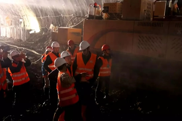 中国驻黑山大使崔志伟视察南北高速公路Jabuka隧道施工工地并了解徐工XTR260悬臂隧道掘进机使用情况