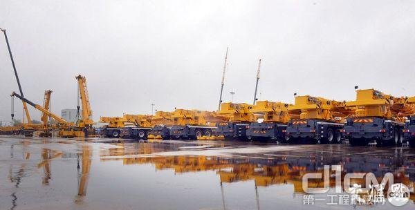 江苏省徐州市徐工集团重型机械有限公司内的各种汽车起重机。