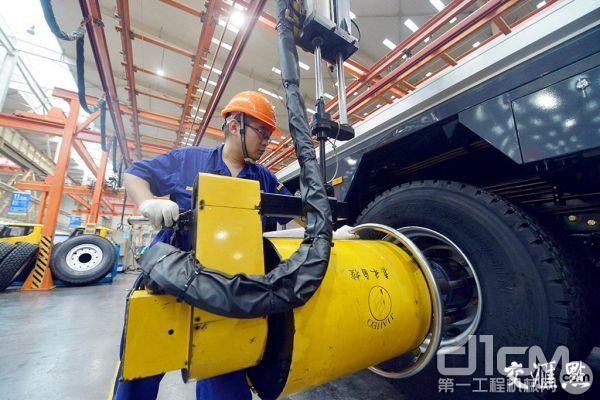 在江苏省徐州市徐工集团重型机械有限公司,工人在生产线上作业。