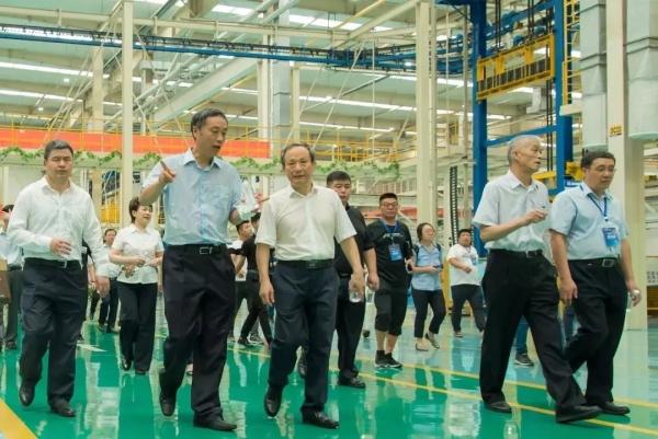 与会领导参观徐工大吨位装载机智能化制造基地