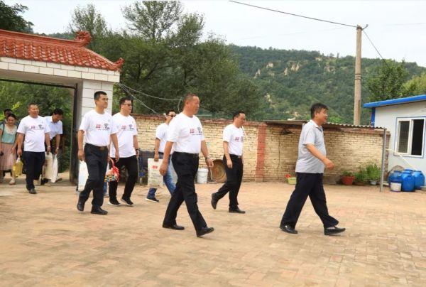 牛社智局长带领山东临工一行到韩维兵家中探访