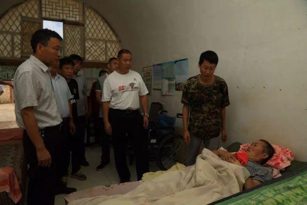 陈富山、唐俊斌等领导看望韩维兵和他瘫痪六年的父亲