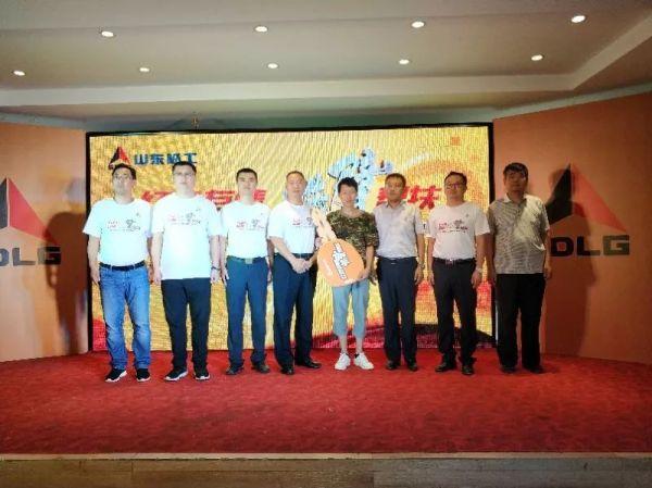 在当地政府和行业代表的见证下,山东临工向韩维兵交付了象征脱贫创富的金钥匙