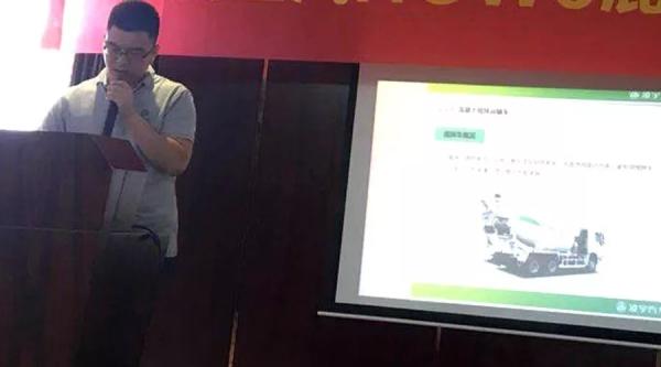 凌宇销售经理王伟向大家介绍展车的升级改进细节