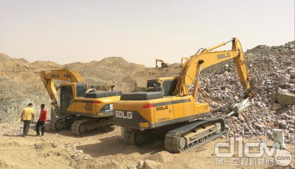 苏丹沙漠里的山东临工<a href=http://product.d1cm.com/wajueji/ target=_blank>挖掘机</a>