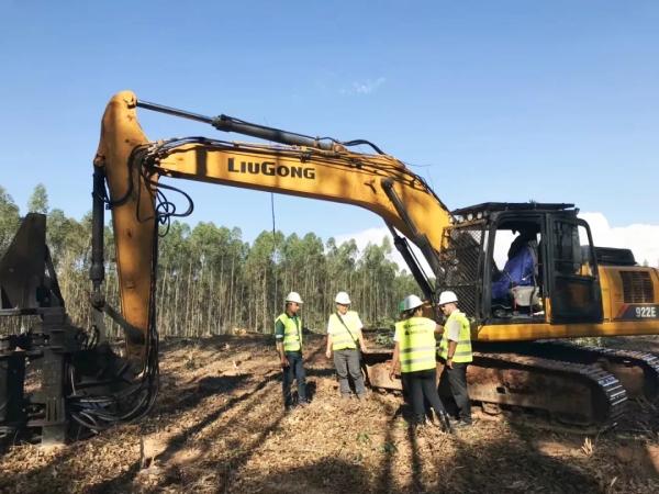 柳工922E挖掘机正在伐木