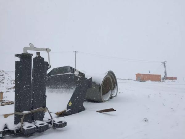 6月的工地大雪纷飞,工程师抓紧时间拼装设备