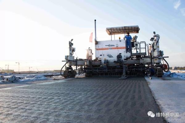 维特根 SP 500 滑模摊铺机正在工作