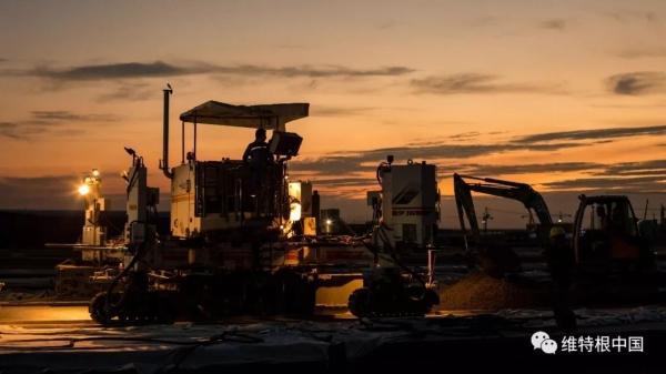维特根 SP 500 滑模摊铺机的黄昏美景