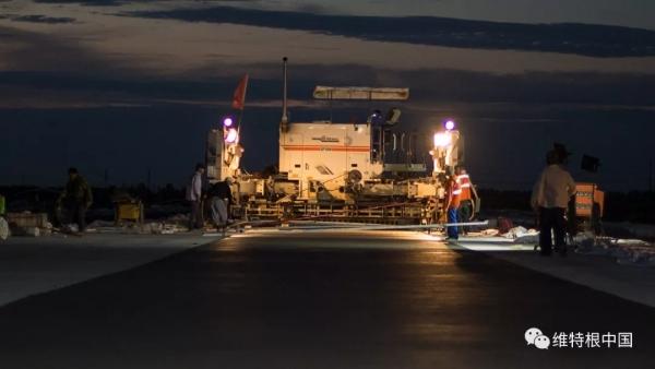 维特根 SP 500 滑模摊铺机夜间摊铺