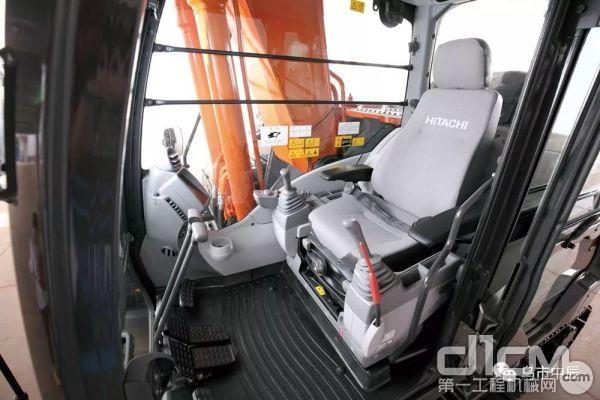 悬浮座椅,出色的减震效果有效减轻操作人员疲劳感。