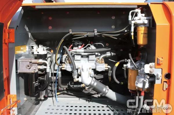 日常保养便利,燃油主虑,燃油预虑,先导滤清器,机油滤清器和电动燃油泵集中在泵室。燃油箱排水和更换滤清器站在地面就可完成。