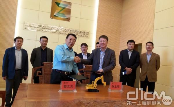 当日的交机仪式上,小松(中国)与珠拉金矿在交机仪式上还签署了战略合作协议。