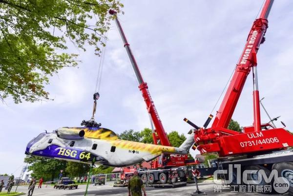 来自Rieger & Moser公司的LTM 1350-6.1带上40吨的配重使用特殊的提升梁穿过其主旋翼将9吨重的直升机提起。