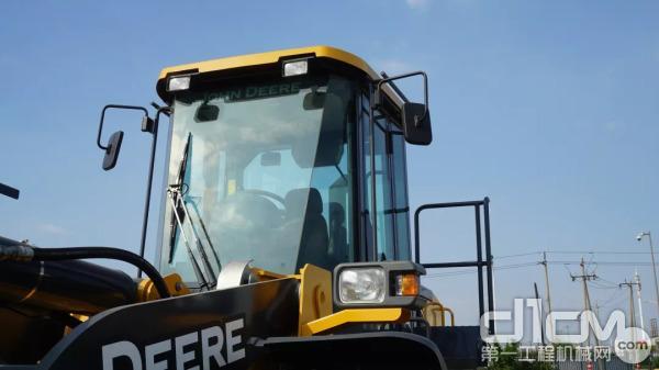 驾驶室通过了防滚翻保护(ROPS)和防落物保护(FOPS)认证