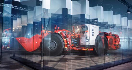 山特維克大型無人駕駛鏟運機成功穿越玻璃迷宮