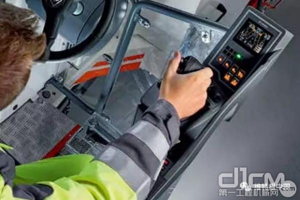 小型和紧凑型铣刨机上的多功能扶手操控台,汇集了自动化铣刨所需的所有控制元件