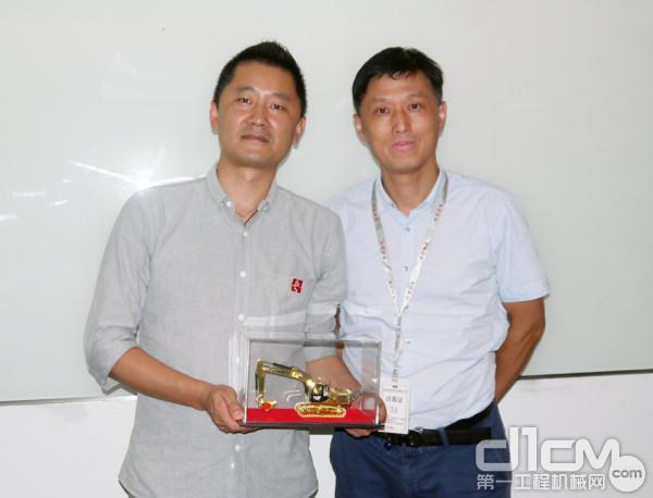左1:宏信设备周转材料事业部总监助理郑焱贇