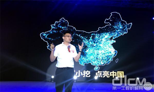 三一重机营销公司总经理程吉军先生为客户介绍三一小挖