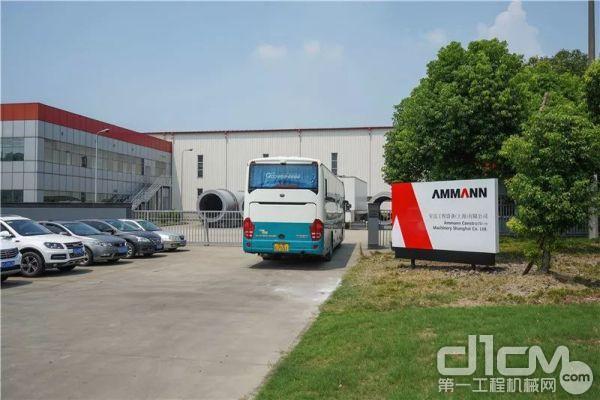 世界顶尖的沥青搅拌站是如何生产的?大巴车载着AAPA代表团和他们的好奇心,驶进上海汇滨路1609号的大门。