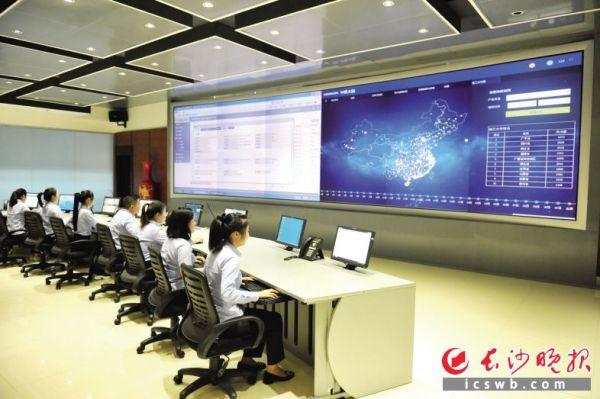 中联重科研发的4.0智能化系列产品会思考、能感知。同时,公司还建立了协调管理4.0智能化系列产品的物联网工业云平台。 长沙晚报记者 小刘军 摄