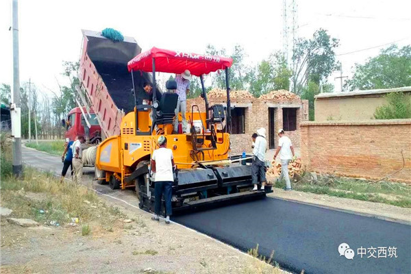 西筑摊铺设备在新疆施工