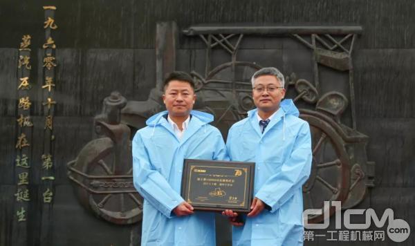 徐工道路总经理崔吉胜与徐工压路机第十万台忠实客户张总亲切合影