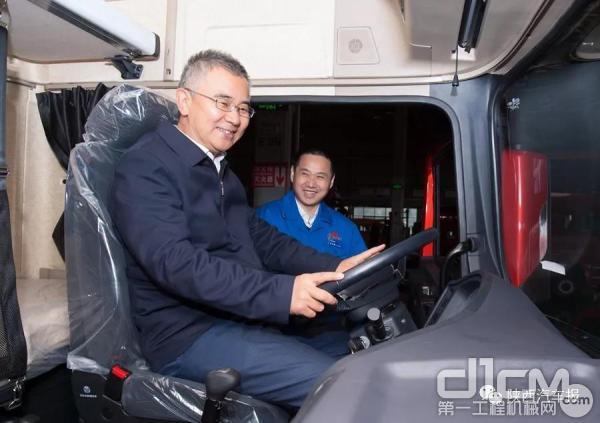 在汽车总装配厂赵四辈走上内饰线查看了MES系统和产品质量,对陕汽的高效率、高质量表示赞赏并乘坐X3000产品车