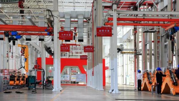 三一临港产业园生产装配车间的挖掘机部件装配车间