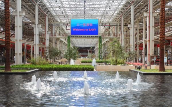 三一临港产业园厂区员工休息区,厂房两侧是工作区,中间是花园式的休息区
