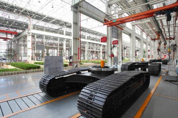 三一昆山产业园区工厂内三一挖掘机部件正在进行组装。