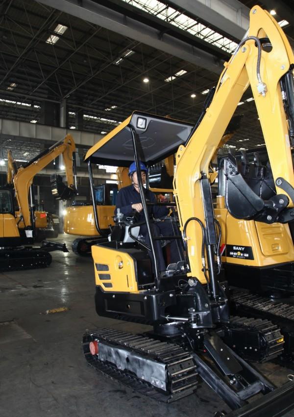 三一技术人员正在厂房进行设备检查及组装工作。