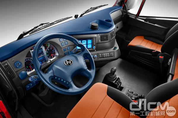 驾驶室整体框架式冲焊成型,本体最厚处高达1.5mm,盒状结构时刻为驾乘人员安全保驾护航